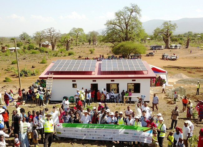 적정과학기술거점센터(iTEC)가 탄자니아 킬리만자로주에 위치한 해발 800m의 오지 음칼라마 마을에 건설한 10kW급 태양광발전센터. - 서울대 공대 제공